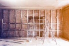 石膏板的被弄脏的框架做的在公寓的石膏墙壁建设中,改造,整修 库存照片