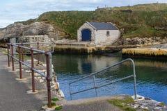 石船库在Ballintoy的港口安特里姆北海岸的在爱尔兰 免版税库存照片