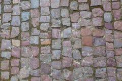 石花岗岩铺有鹅卵石的路面背景或纹理 老鹅卵石路面特写镜头抽象背景在布拉格 免版税图库摄影