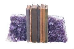石英紫色宝石紫晶和葡萄酒书 免版税库存照片