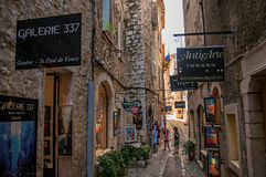 石街道看法有商店的圣徒保罗deVence的 免版税库存照片
