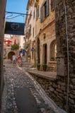 石街道看法有商店的圣徒保罗deVence的 免版税图库摄影