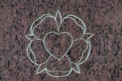 石表面上的圣洁玫瑰色和神圣的心脏 圣灵的标志 免版税图库摄影