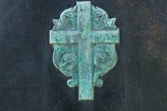 石表面上的被氧化的金属十字架纹章 免版税库存照片