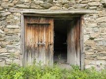 石谷仓的老木棕色门用法语普罗旺斯 免版税库存图片
