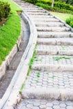 石走道在庭院里 免版税库存照片