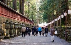 石路的人们向寺庙在日光,日本 图库摄影