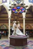 石跳舞的王子和的公主雕塑人的与实物大小一样的形象临时地显示为早圣诞节&新年晚会 免版税库存图片