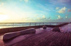 石长凳和木甲板 免版税库存图片
