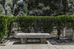 石长凳在公园 免版税库存照片