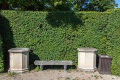 石长凳在公园 库存照片