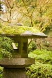 石闪亮指示在庭院里 免版税库存图片