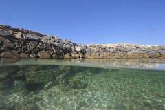 石防波堤在热带盐水湖 免版税库存照片
