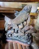 石雕塑。鱼。 免版税库存照片