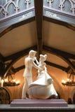 石雕塑灰姑娘和白马王子一起跳舞 库存图片