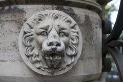 石雕塑狮子在古老罗马大厦朝向 库存图片