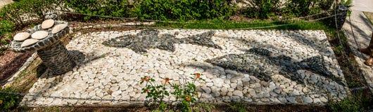 石雕塑,两钓鱼和五个面包,登上至福,以色列教会  免版税图库摄影