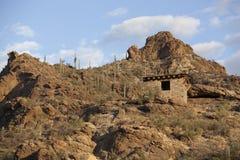 石风雨棚在沙漠 免版税库存图片