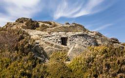 石风雨棚被建立入在可西嘉岛的山的岩石 库存图片