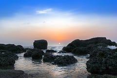 石头、海和日落。 免版税库存照片