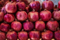 石榴切片和石榴石果子种子在桌上 选择聚焦 免版税库存照片