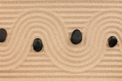 黑石头和之字形从沙子 免版税图库摄影