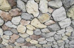 石头和小卵石在灰色墙壁,背景上, 免版税库存图片