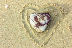 石头和沙子心形的心脏 库存图片