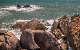 石头和海有波浪的 图库摄影