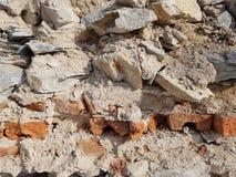 从石头和砖的墙壁背景 免版税库存照片