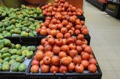 石榴和芒果待售在Hyperstar超级市场 库存图片