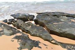 石头和绿松石海水 免版税库存照片