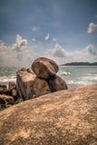 石头在有波浪的海 图库摄影