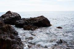 石头在海或海洋 免版税库存照片
