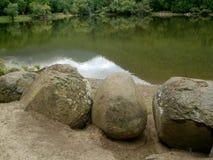 石头在湖附近的森林里 库存图片