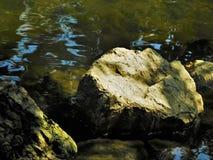 石头在水中 免版税库存图片