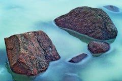 石头在冻河 免版税库存照片