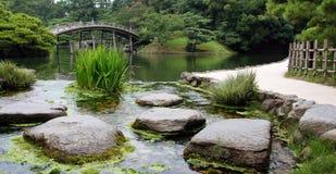 石头在Ritsurin晃演庭院高松日本池塘  库存照片