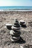 石头塔在海附近的 免版税图库摄影