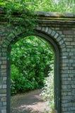 石头对庭院的被成拱形的门 免版税库存照片