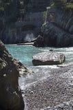 石头岩石峭壁和海滩在Fornillo的在波西塔诺,意大利靠岸 库存图片