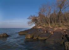 石头岩石平板在阿肯色河的海岸线的 库存照片