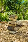 石头岩石绿色树草 图库摄影