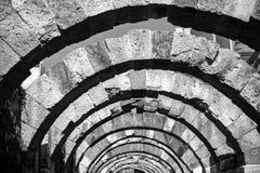 石头形成弧光透视 古城Smyrna废墟  库存图片