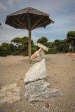 石头惊人的金字塔在海滩的在Schinias, Attica, Gree 库存照片