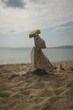 石头惊人的金字塔在海滩的在Schinias, Attica, Gree 免版税图库摄影