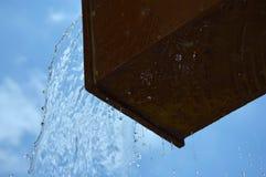 石头投掷的水喷泉  免版税库存照片
