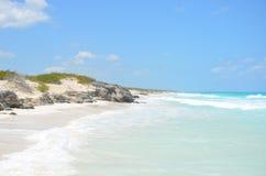 石头围拢的美丽的海滩在古巴 免版税库存照片