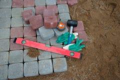 石头阻拦橡胶锤子水平手套和卷尺 库存照片