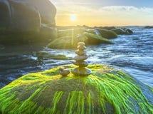 石头是平衡的在岩石 库存照片